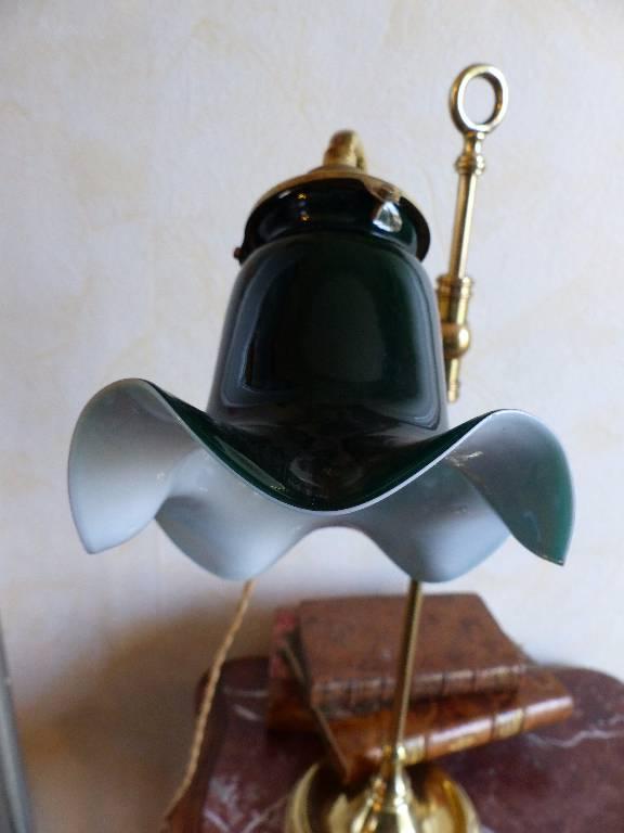 No - 263 - Lampe de bureau en cuivre réglable et orientable avec une opaline verte .   Puces Privées