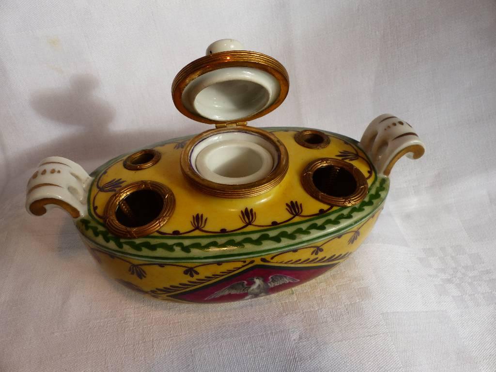 No - 285 - Bel encrier en porcelaine de style Empire  forme navette . | Puces Privées