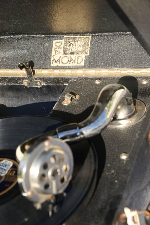 Phonographe début XXème et ses 50  78 tours | Puces Privées