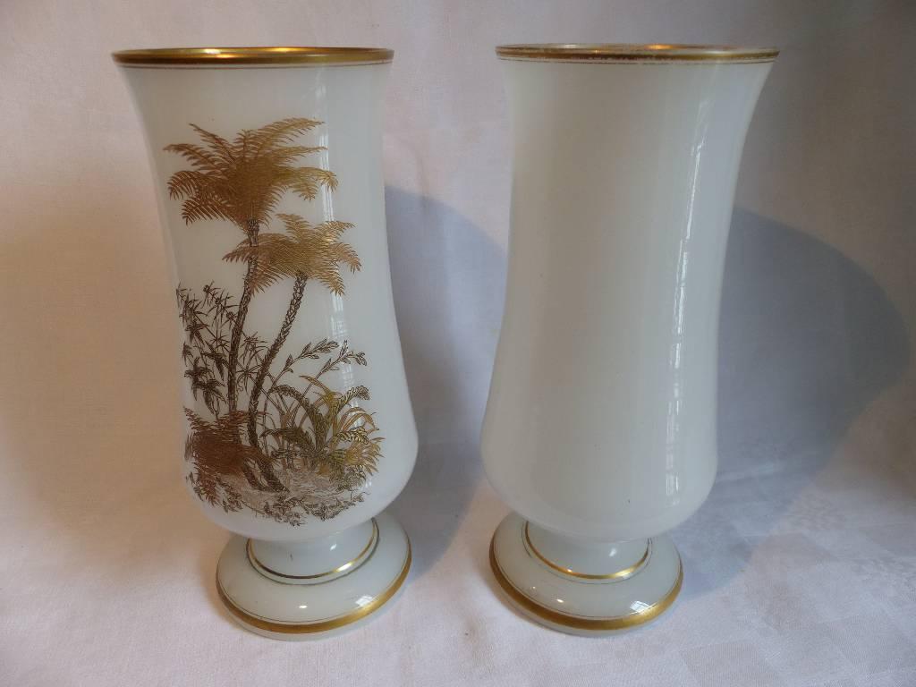 No - 291 - Paire de vases en opaline blanche rehaussées d'or à décor de palmiers et végétation . | Puces Privées