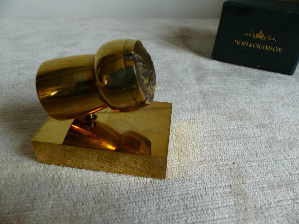No - 299 - Presse papier en bronze doré de la maison MÖET et CHANDON   Puces Privées