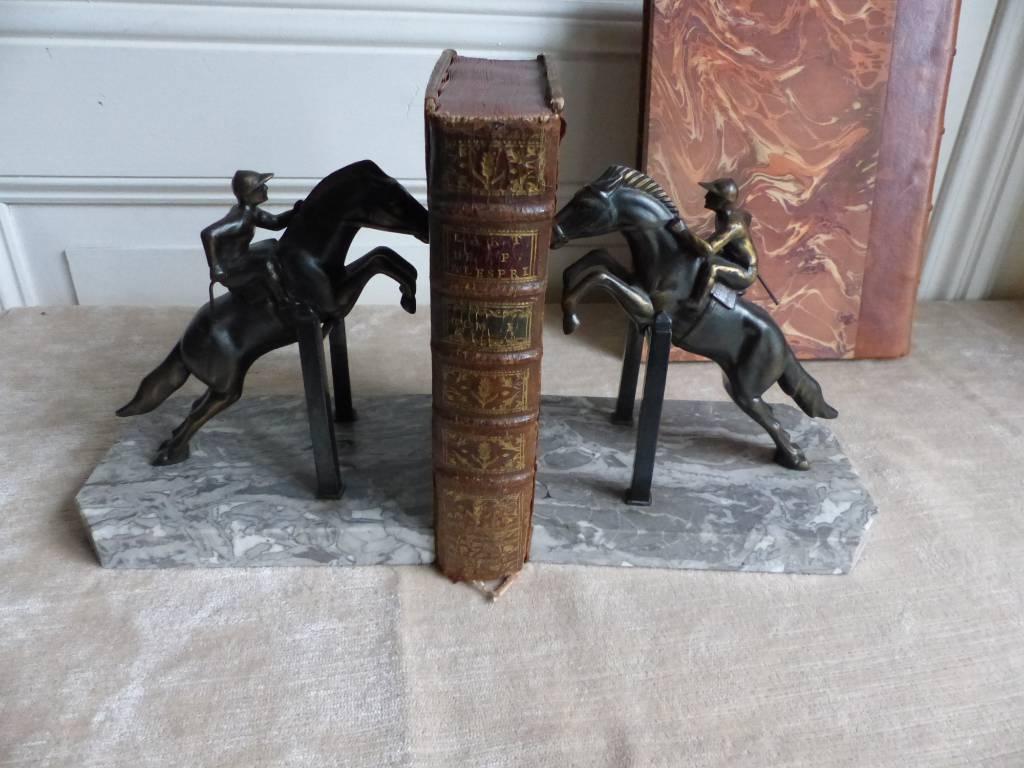 No- 309 - Serre livres saut d'obstacle, régule et marbre | Puces Privées