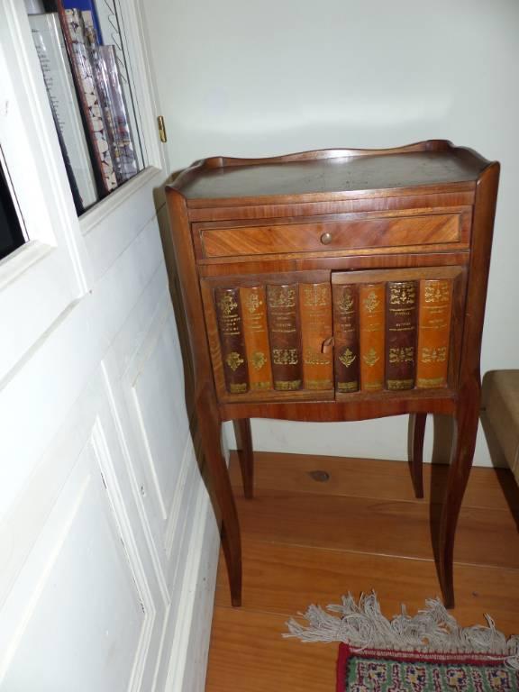 No - 317 -   Petite table ,marqueterie et façade trompe-oeil faux livres cuir | Puces Privées