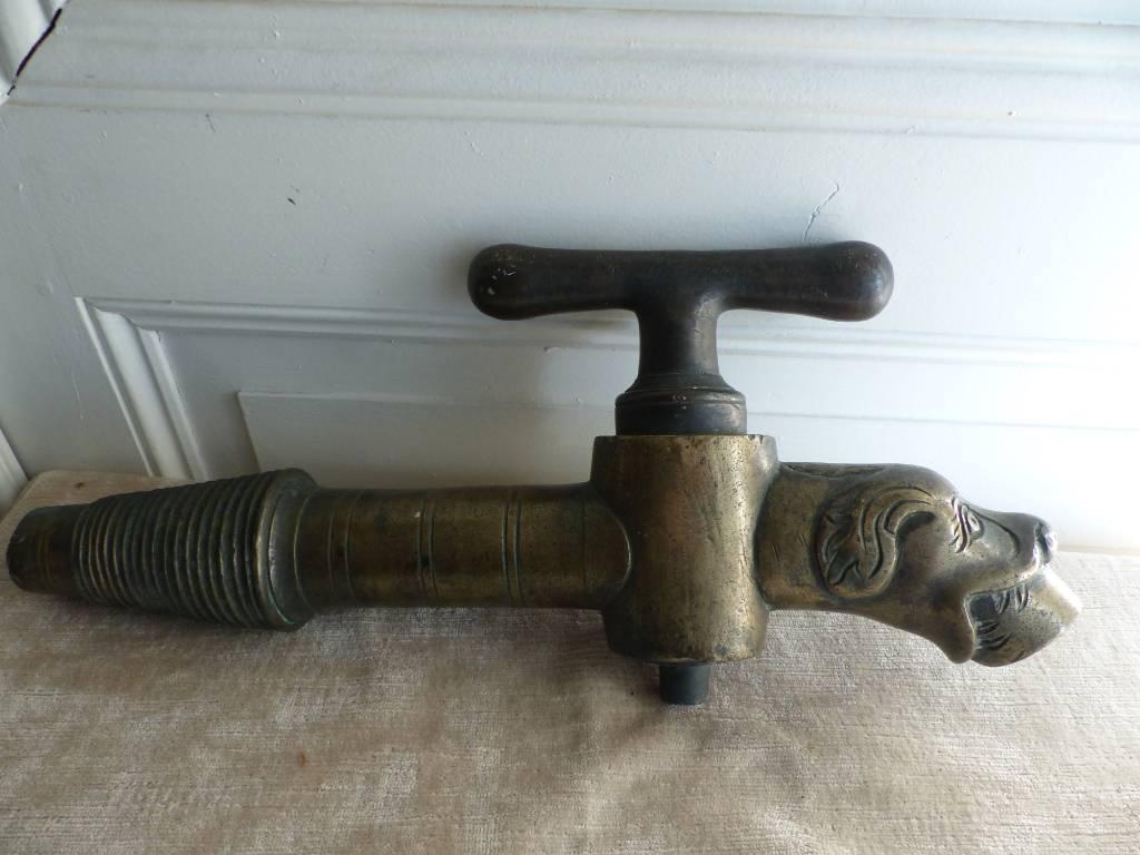 No - 325 - Grand robinet en bronze à tête de chien | Puces Privées