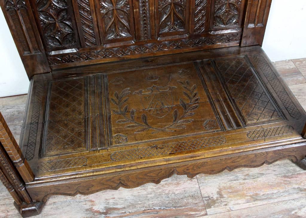 Cabinet Renaissance en chêne avec une forme atypique. | Puces Privées