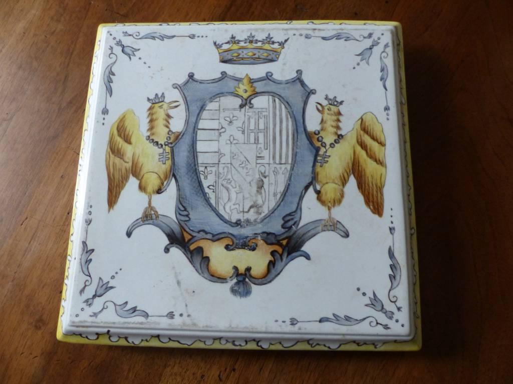 No - 356 - Faïence , dessous de plat avec armoiries et couronne , daté 1892 | Puces Privées