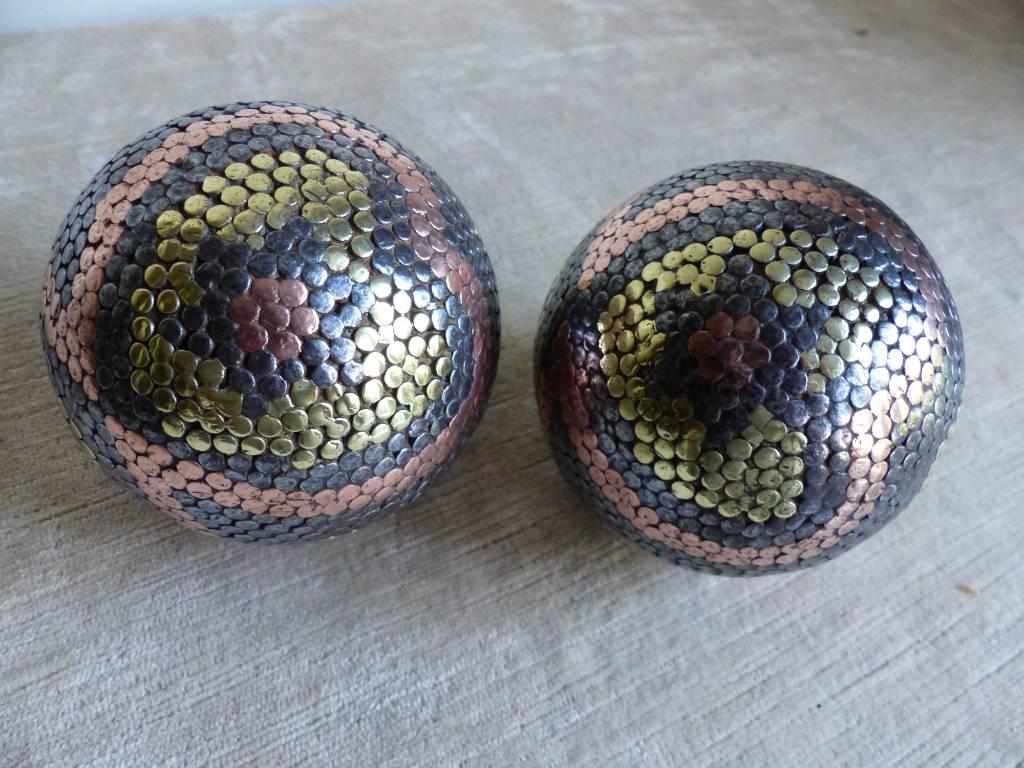 No- -359 - Paire de boules cloutées , véritable oeuvre  d'art | Puces Privées