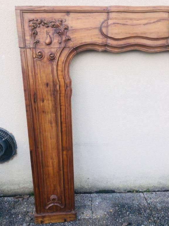 GRANDE FAÇADE DE CHEMINÉE EN BOIS SCULPTÉ.- STYLE LOUIS XV, EPOQUE XIXE 198 cm x 125 cm   Puces Privées