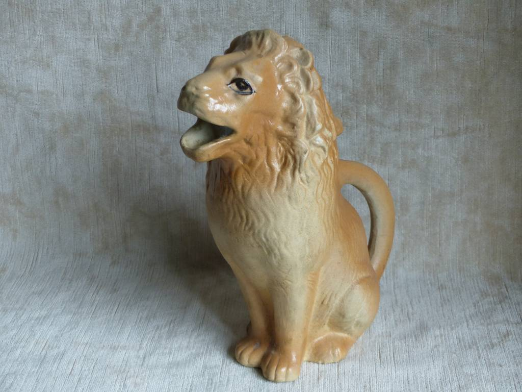 No - 393 - Pichet lion ancien par Revol  Saint - Uze | Puces Privées