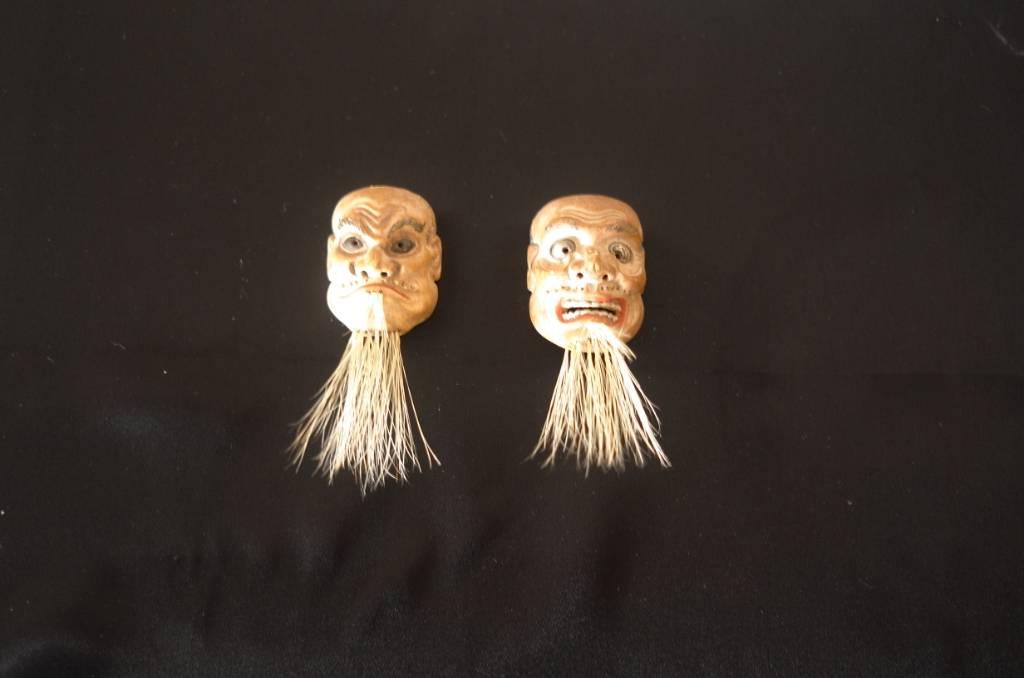 Deux masques miniatures de théâtre japonais.   Puces Privées
