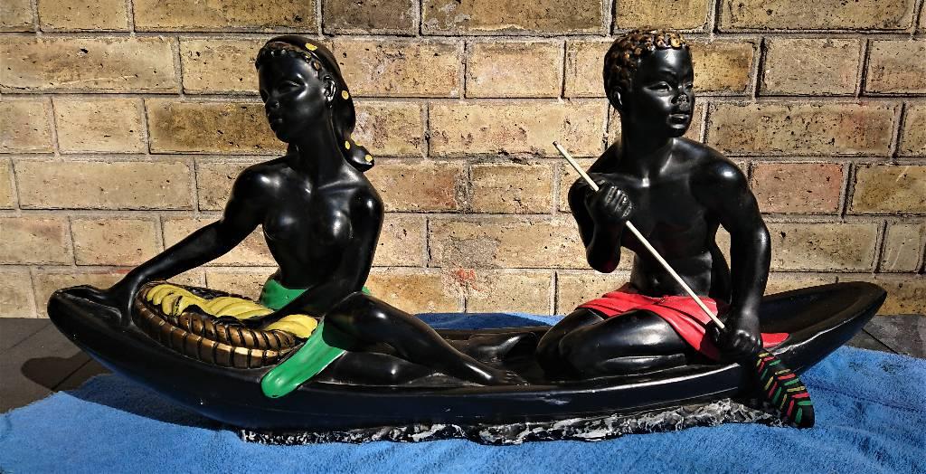 Couple d'africains sur une pirogue. Platre décoré, années 50 | Puces Privées