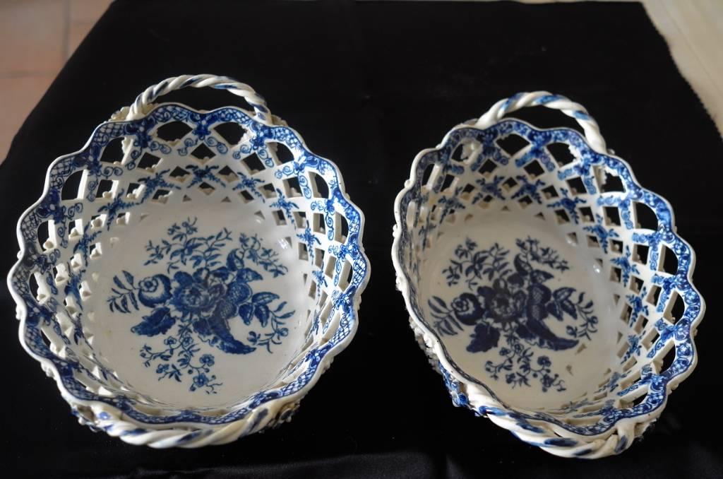 Paire de corbeilles en porcelaine Lowestoft.   Puces Privées