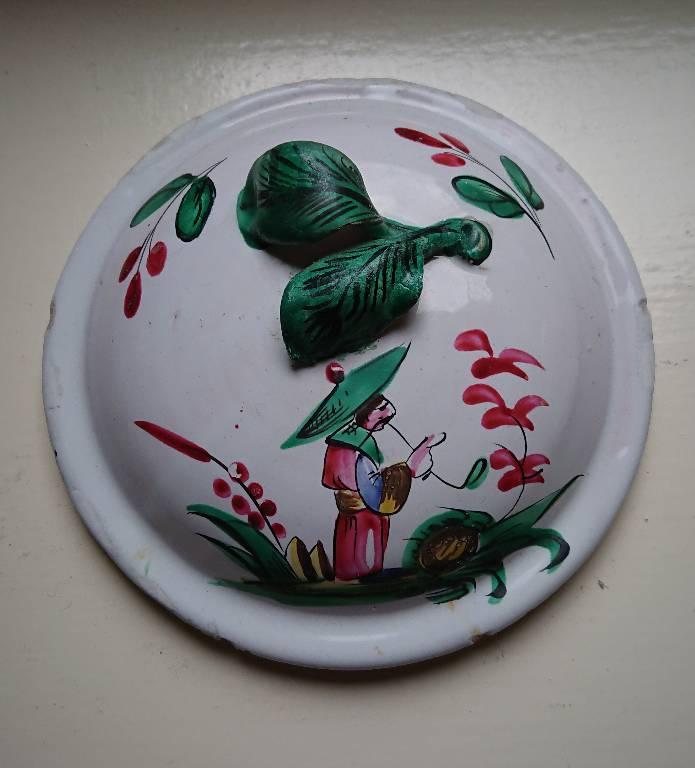Couvercle en faïence de l'Est XVIIIème siècle, décor au Chinois, très bon état | Puces Privées