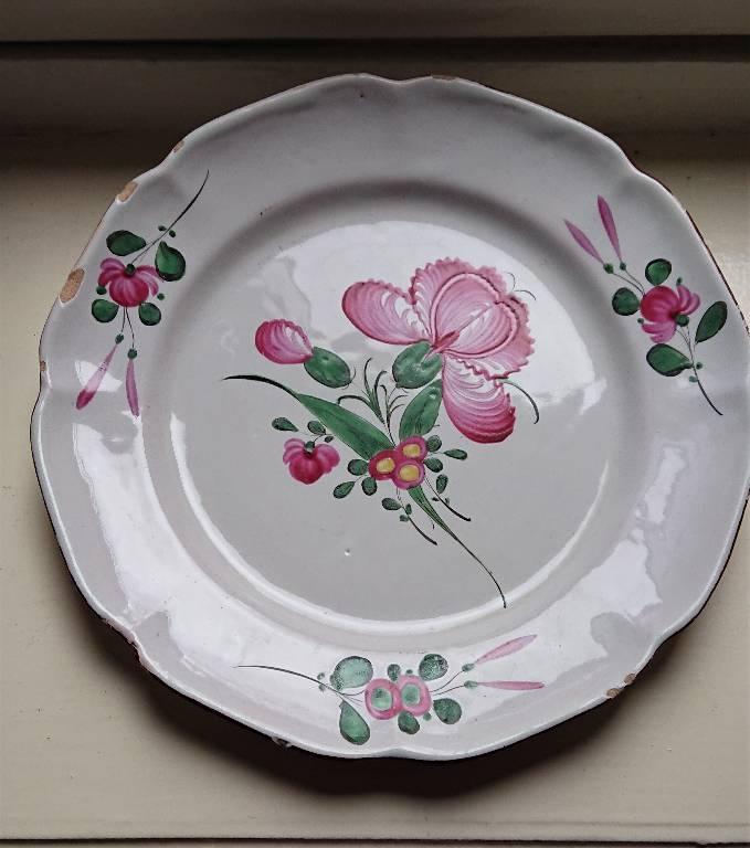 Assiette en faience de l'Est, à décor de fleurs, XIXème Siècle   Puces Privées