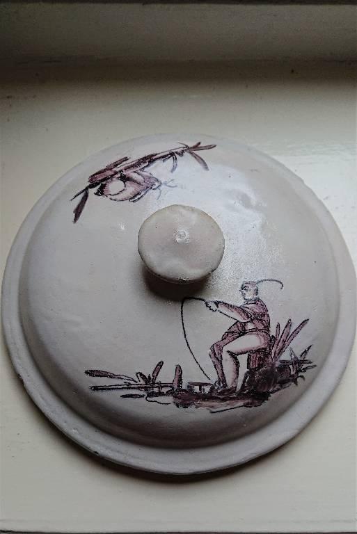 Couvercle en faience à décor de chinois, couleur sépia. | Puces Privées