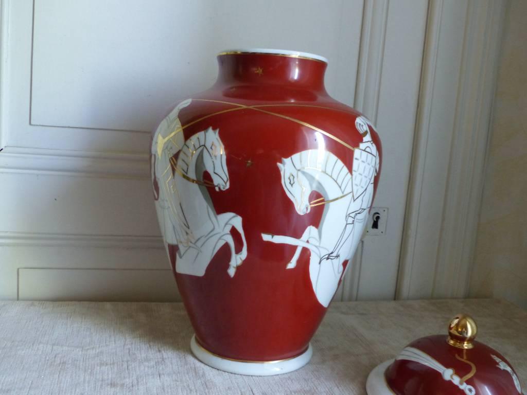No - 413 - Pot couvert ou vase en porcelaine  de France à décor de chevaliers | Puces Privées