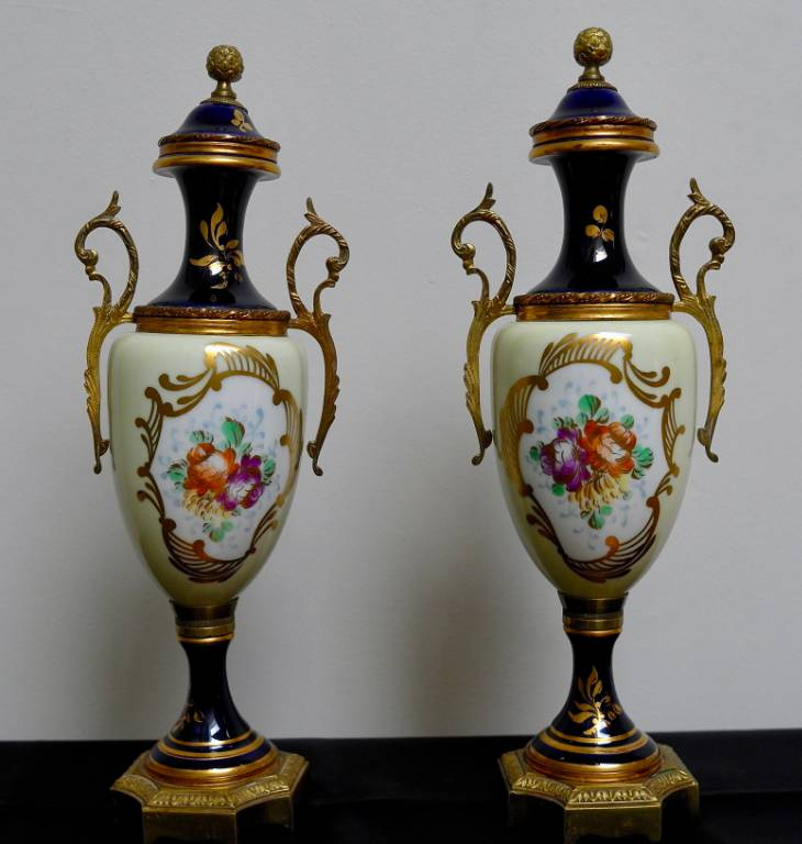 Paire de vases en porcelaine de Sévres   Puces Privées