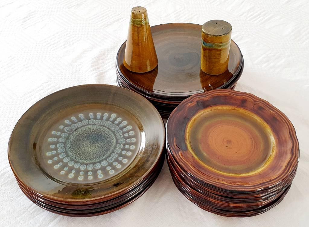 ASSIETTES Céramique provençale 25 pièces signé Lanusé ET SEL POIVRE | Puces Privées
