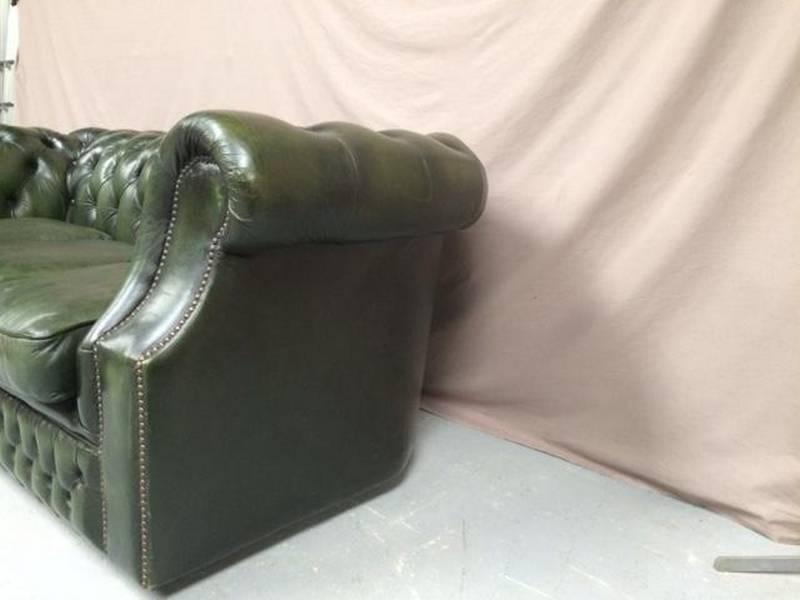 Fauteuil chesterfield cuir vert galbé | Puces Privées