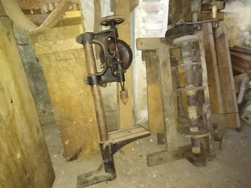 ancienne perceuse à main sur colonne et tour à main   Puces Privées