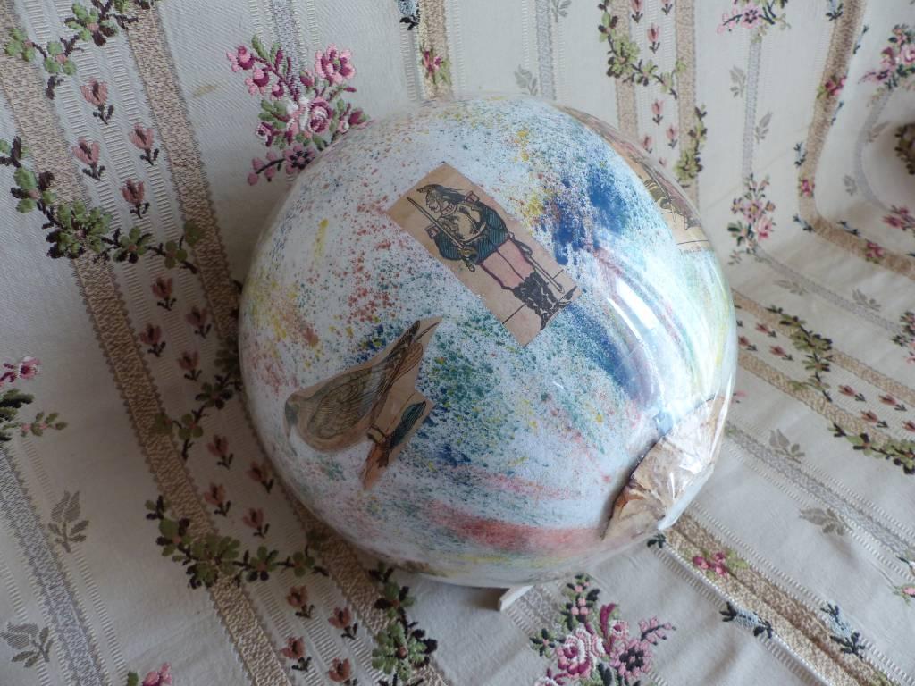 No - 427 - Boule à perruque en verre soufflé ornée de personnages et d'oiseaux | Puces Privées