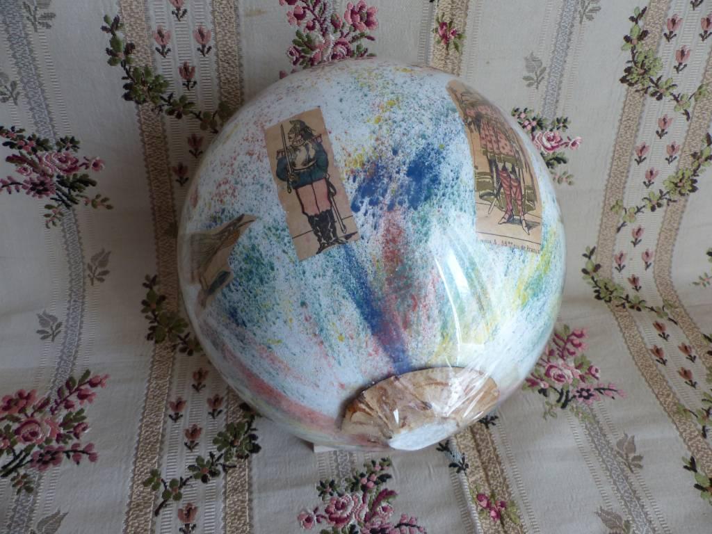 No - 428 - Boule à perruque en verre soufflé  d'époque 19 ème décorée de personnages et d'oiseaux | Puces Privées