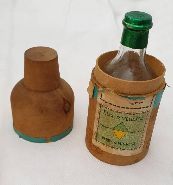 #34 - Anciennes bouteilles d'elixir vegetal Pères Chartreux (2 flacons et boites en bois)   Puces Privées