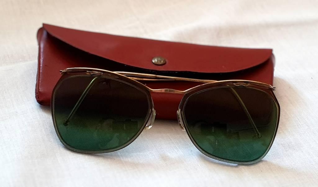 #55 - Lunettes de soleil vintage avec étui marron | Puces Privées