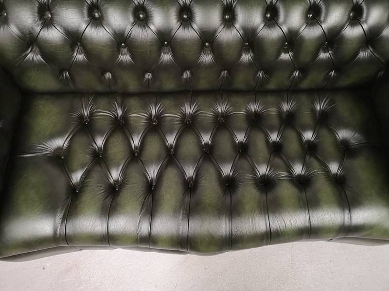 Canapé chesterfield cuir vert galbé | Puces Privées