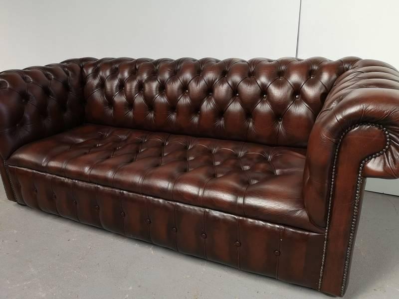 Canapé chesterfield cuir marron capitonné | Puces Privées