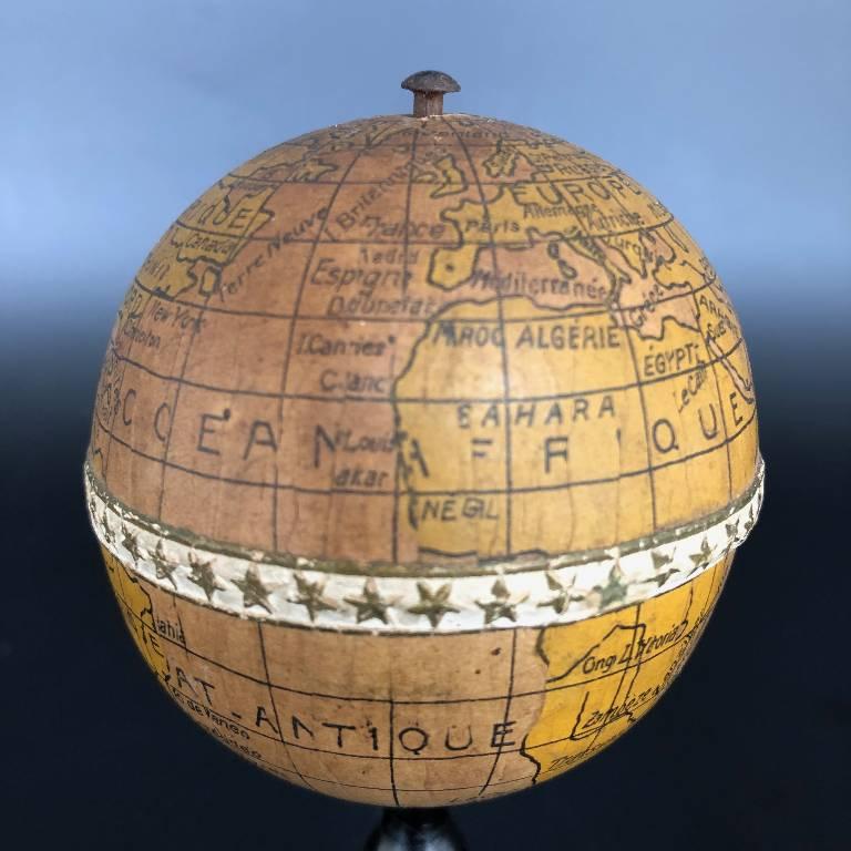 ANCIEN PETIT GLOBE TERRESTRE MINIATURE CARTON BOUILLI CMC PARIS H: 12 cm | Puces Privées