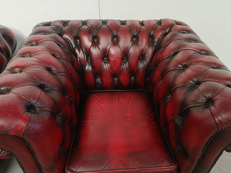 Fauteuils chesterfield cuir rouge | Puces Privées