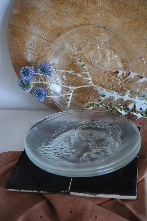 lot d'assiettes en verre à motifs   Puces Privées