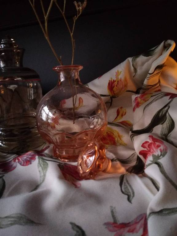 petit flacon en verre rose   Puces Privées