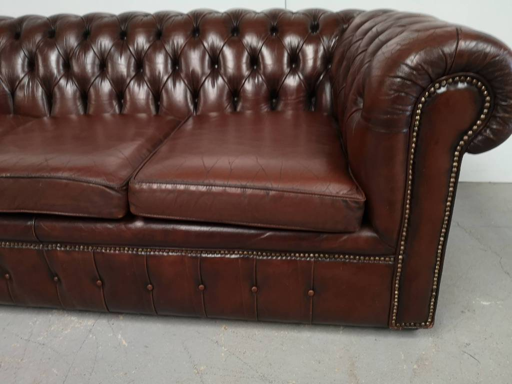 Canapé chesterfield cuir chocolat | Puces Privées