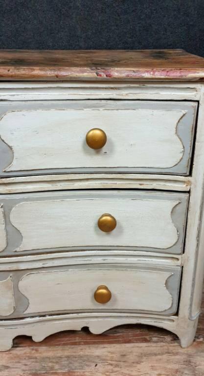Superbe commode Parisienne époque Louis XIV a façade galbée en bois laqué   Puces Privées