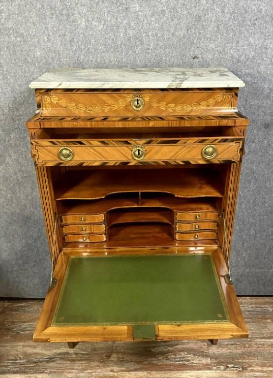 Muséal secrétaire époque Louis XVI en bois précieux marquetés en feuilles dans des encadrements de filets. | Puces Privées