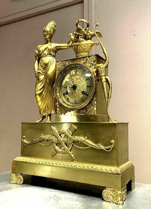 pendule époque Empire en bronze à patine dorée. | Puces Privées