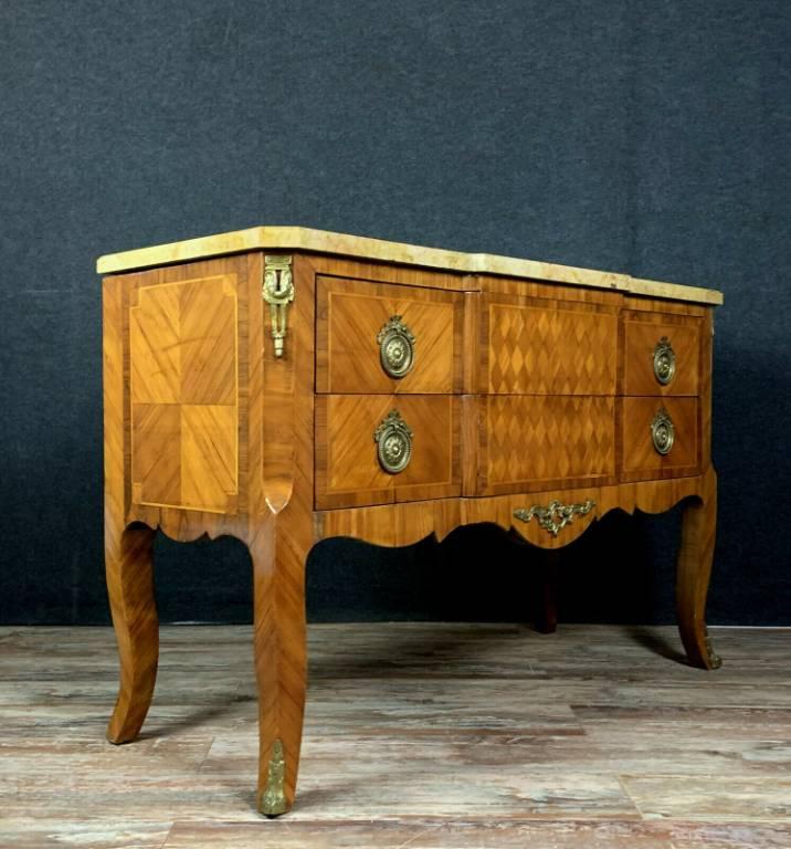 Importante commode sauteuse Louis XV en marquèterie de bois précieux vers 1850.   Puces Privées