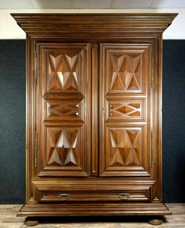 Muséale armoire Bourguignonne époque Louis XIII a pointes de diamant.   Puces Privées