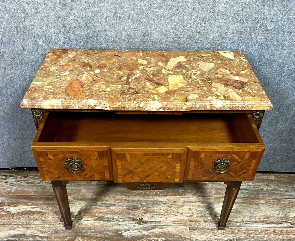 Superbe commode sauteuse Louis XVI a ressaut en marqueterie de bois précieux | Puces Privées