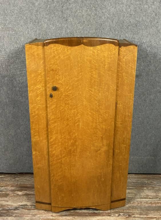 Rare armoire époque Art Deco en érable blond et sycomore vers 1940 | Puces Privées
