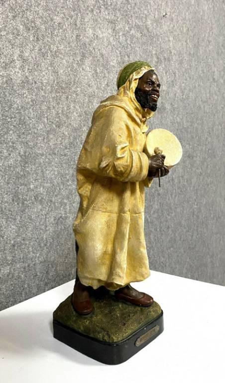 Le chanteur arabe sculpture en terre-cuite rouge estampée et peinte à froid signée Le Guluche (1849-1915). | Puces Privées