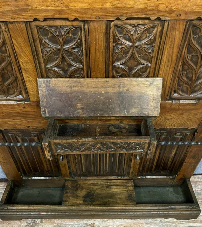 Très important porte manteaux gotique en bois naturel a décors de plis de serviettes   Puces Privées