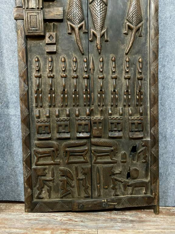 Afrique Centrale vers 1900  2 très grandes portes entièrement sculptées  iguanes, personnages, attributs et autres.. | Puces Privées