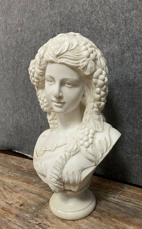 Importante statue en marbre blanc Carrare figurant une élégante Bacchusienne vers 1940 | Puces Privées