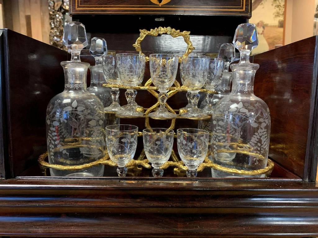 Exceptionnelle cave a liqueur époque Empire-Charles X en bois précieux et marqueterie aux filets vers 1810 | Puces Privées