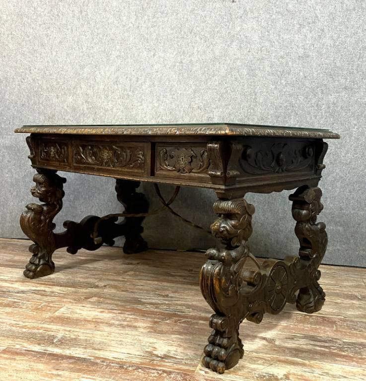Majestueux Bureau Renaissance en bois entièrement sculpté aux attributs de l'antiquité   Puces Privées