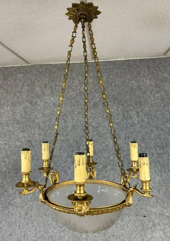 Luxueux lustre Empire avec un exceptionnel travail de bronze doré et cristal taillé. | Puces Privées