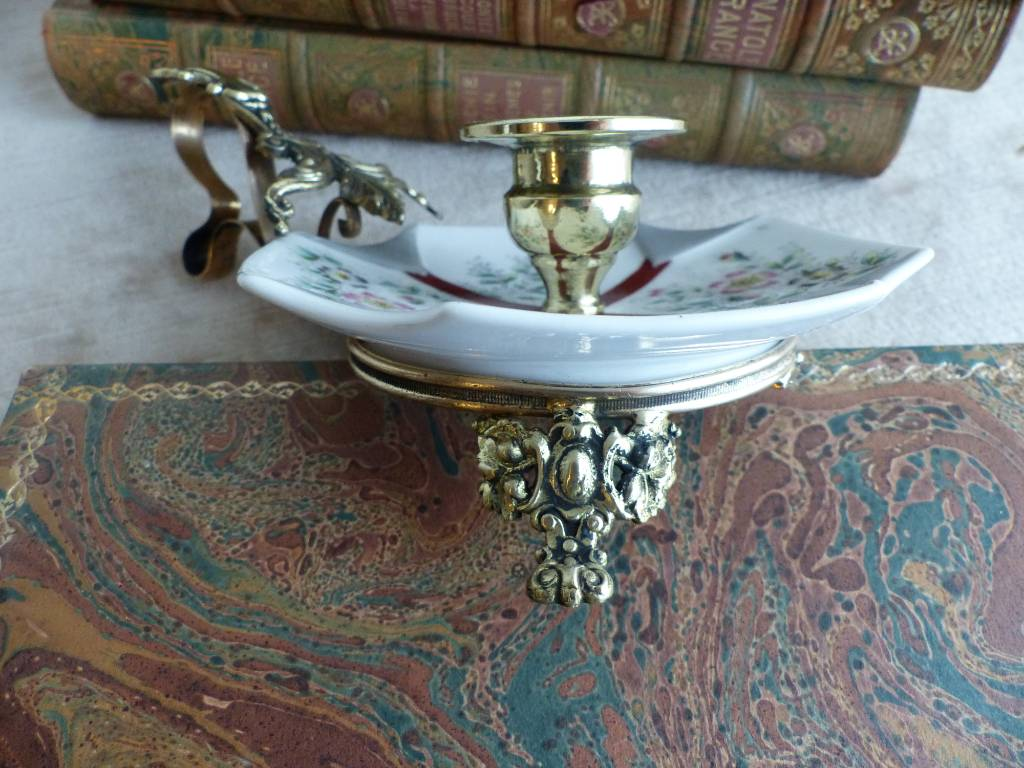 No - 445 - Bougeoir à main porcelaine , monté laiton et bronze | Puces Privées
